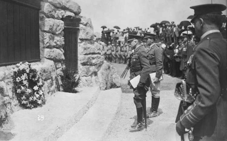 Field Marshal, Earl Douglas Haig and Lt. Col. Thomas Nangle lay wreaths at War Memorial to the Missing, Beaumont Hamel, France, 7 June 1925 - Maréchal de champ, Earl Douglas Haig, et Lcol Thomas Nangle placent des guirlandes au pied du Mémorial de Guerre au Manquant, Beaumont Hamel, France, le 7 juin, 1925.